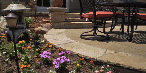 Backyards Plus utilizing flagstone accents in Colorado hardscaping.